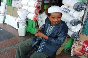 Pedagang Karung Bekas di Ambon Panen Rejeki