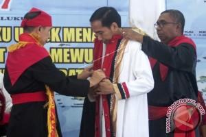 Presiden Dianugerahi Gelar Adat Maluku