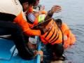 Sejumlah relawan penanggulangan bencana mengevakuasi korban saat simulasi penanggulangan bencana gempa bumi dan tsunami dalam rangka Hari Kesiapsiagaan Bencana Nasional (HKBN) 2017 di Ambon, Maluku, Rabu (26/4). Peringatan HKBN 2017 di Ambon dilakukan secara mandiri di setiap sekolah, perguruan tinggi, instansi pemerintah maupun swasta termasuk warga di masing-masing lingkungan. ANTARA FOTO/Izaac Mulyawan/kye/17.