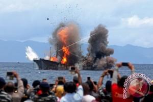 Penenggelaman Kapal Sino Diwarnai Guyuran Hujan