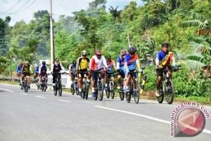 Personel Lantamal IX Bersepeda Keliling Pulau Ambon