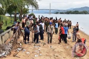 Lantamal IX Bersih Pantai dan Tanam Mangrove