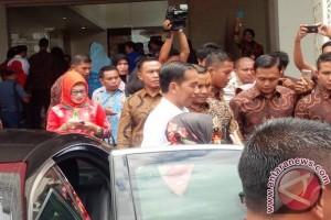Presiden Jokowi Bagikan Buku Ke Warga Ternate
