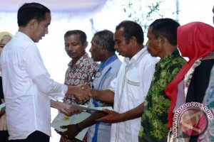 Presiden Bagikan Sertifikat Tanah Warga Maluku Utara