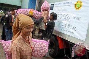 Bulog Maluku Salurkan Lima Ton Bawang Putih