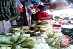 Pedagang Anyaman Ketupat di Ambon Panen Pembeli
