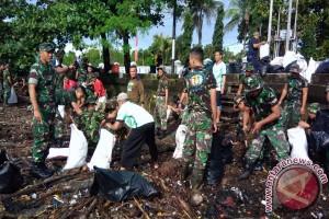 Kodam Pattimura, Pemkot Ambon Bersihkan Pantai Poka