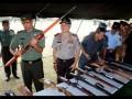 Pangdam XVI/Pattimura Mayjen TNI Doni Monardo (kiri) dan Kapolda Maluku Irjen Pol Deden Juhara (kedua dari kiri) mengecek senjata yang diserahkan warga di Provinsi Maluku dan Maluku Utara kepada prajurit Batalyon Infanteri (Yonif) 726/Tamalatea-Kodam XIV Hasanuddin, saat upacara pelepasan di Lapangan Upacara Markas Komando Pangkalan Utama TNI Angkatan Laut (Lantamal) IX Ambon, Maluku, Rabu (6/9). Yonif 726/Tamalatea yang terdiri dari 500 personel mengakhiri tugas operasi Pengamanan Daerah Rawan (Pamrahwan) di wilayah Provinsi Maluku dan Maluku Utara selama sembilan bulan terakhir dan berhasil mengumpulkan 505 pucuk senjata yang diserahkan secara sukarela oleh warga. ANTARA FOTO/izaac mulyawan/aww/17.