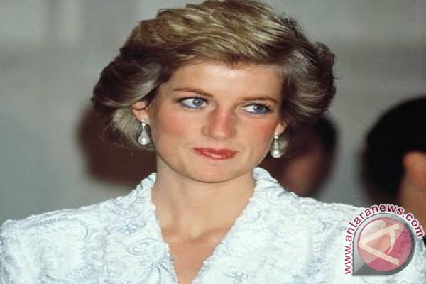 Fans Gather At Dawn To Remember Diana 20 Years After Death
