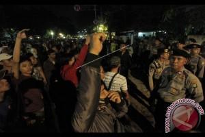 Massa Anti-Komunis Ricuh Polisi Tembakkan Gas Mata