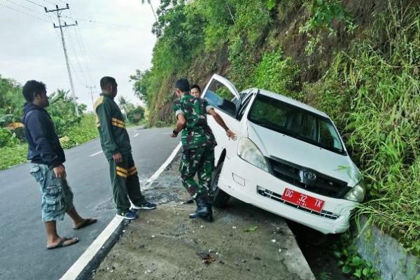 Patroli Kodim Tidore evakuasi ambulan alami kecelakaan