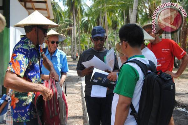 Pemeriksaan dokumen rombongan Sail Morotai 2012
