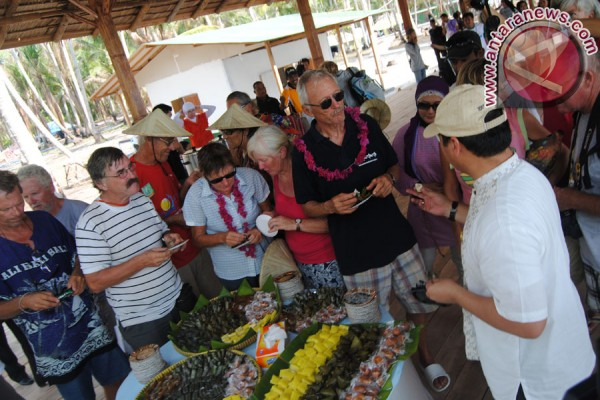 Rombongan Sail Morotai menikmati hidangan kue tradisional