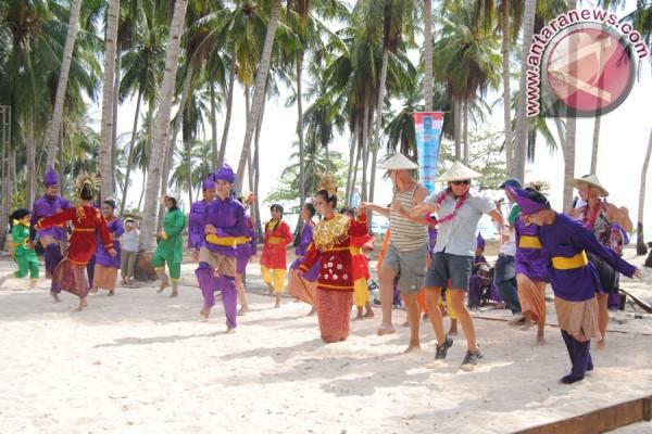Rombongan Sail Morotai ikut menari