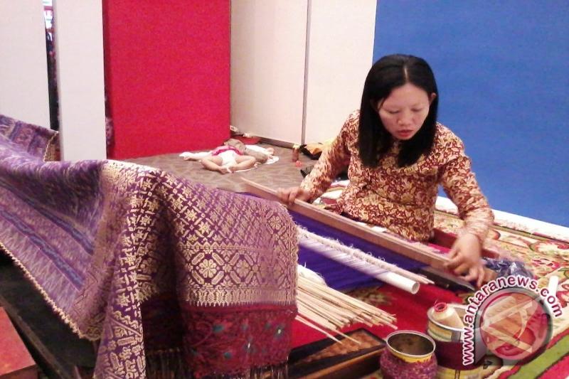 Menenun tradisi melakukan cual