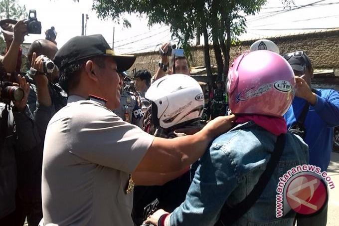 Kapolda Bangka Belitung Bagikan Helm SNI Gratis