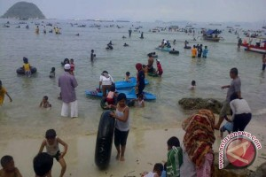 Ratusan Pengunjung Padati Pantai Pukan di Kabupaten Bangka