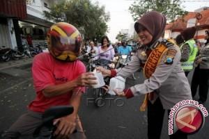 Porles Bangka Tengah Bagikan Takjil Ramadhan