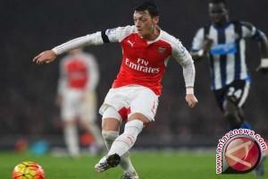 Wenger Persilakan Sanchez dan Ozil Angkat Kaki Tahun Depan