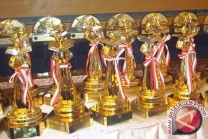 Pemerintah Bangka Terima Piala Wahana Tata Nugraha