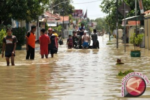 Puluhan Keluarga di Karawang Mengungsi Akibat Banjir Rob