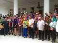 Wakil Walikota Pangkalpinang M Sopian (baju putih tengah) berfoto bersama saat acara ramah tamah dengan para crosser MXGP 2017 di Rumah Dinas Walikota Pangkalpinang, Jumat (3/3) sore.  (Foto Antara/Try Mustika Hardi)