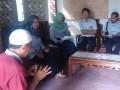 Muslimin orang tua pasien (baju merah) ketika  menyambut rombongan Humas PT Timah saat penyerahan bantuan kepada Hairil Ahyar penderita kanker testis di Desa Beluluk, Selasa (14/3). (antarababel.com/ Aprionis)