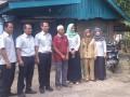 Kepala Bidang Humas PT Timah, Renny Hutagalung (kanan)ketika menyerahkan bantuan kepada Muslimin (kiri)orang tua pasien kanker testis di Desa Beluluk, Selasa (14/3). (antarababel.com/ Aprionis)