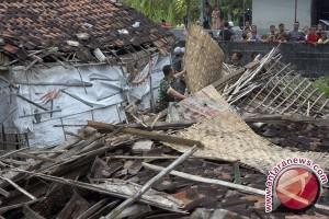 Angin Puting Beliung Rusak Permukiman di Sukabumi