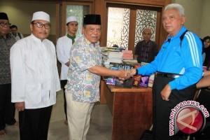 Gubernur Kaltim Wakafkan Ratusan Buku Untuk Islamic Center