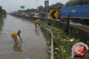 Banjir Rendam Jalan Utama Rawalumbu Bekasi