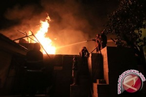 PMK Ponorogo Kewalahan Padamkan Kebakaran Pasar Songgolangit