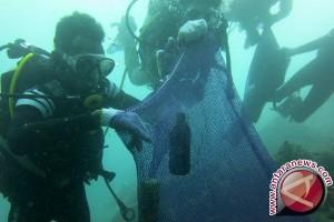 Di Hari Bumi Belasan Penyelam Bersihkan 50 Kg Sampah Dasar Laut