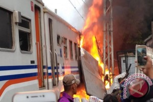 Kecelakaan KA-Mobil Boks di Senen Tewaskan Dua Orang