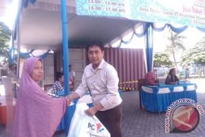 Bantu Masyarakat Kurang Mampu, Pelindo Pangkalbalam Bagikan Sembako Murah