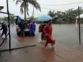 Relawan PT Timah membantu mengevakuasi warga korban banjir di Kabupaten Belitung, Senin (17/7/2017). (Foto Humas PT Timah)