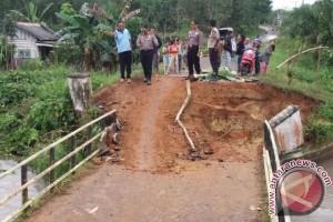 Polres Bangka Selatan Pantau Jembatan Roboh di Pulau Besar