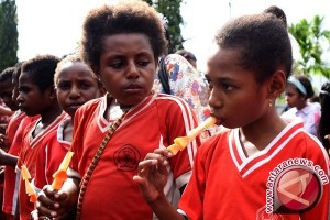 """Sulitnya Merencanakan """"Berbiak-biak"""" Anak di Papua"""