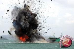 Malaysia Untuk Kali Pertama Bakar Kapal Asing Ilegal di Perairannya