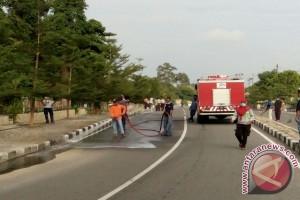 Warga Muntok Gotong Royong Bersihkan Jalan Berpasir