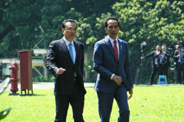 Jokowi and Li plant camphor sapling together