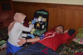Takut jarum suntik,  Surya Saputra tetap donor darah