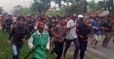 BENTROK LAMPUNG Lampung (Antara Bali) - Ribuan massa gabungan dari Kecamatan Kalianda membawa senjata tajam saat menyerang Desa Sidoreno Kecamatan Waypanji, Lampung Selatan, Minggu (28/10). Bentrokan ini menewaskan tiga orang warga Kalianda dan empat lainnya luka-luka. FOTO ANTARA/Kristian Ali/nym/2012.