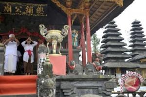 """""""Pelinggih"""" Dewa Kemakmuran Ramai Didatangi Umat Budha"""