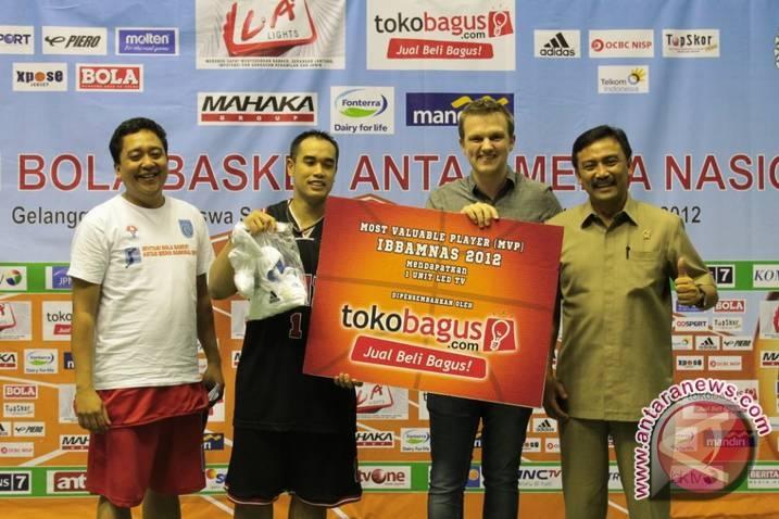 Ardiansyah Bakrie menerima penghargaan dari TokoBagus.com (Toko Bagus