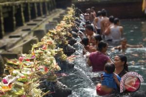 Umat Hindu Padati Tirta Empul