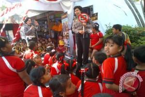 Polda Bali Menghibur Anak Pengungsi Gunung Agung