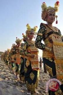 Turis Berdesakan Saksikan Parade Budaya