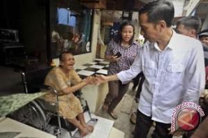Jokowi Bagikan Kartu Sehat