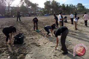 Grand Istana Rama Bersihkan Pantai Kuta